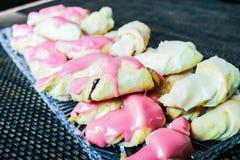 Petits croissants faits maison avec le lustre doux Photos libres de droits