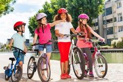 Petits cyclistes avec leurs bicyclettes sur le chemin de cycle Images libres de droits
