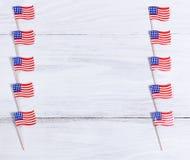Petits drapeaux des Etats-Unis de le chaque côté des conseils en bois blancs Image stock