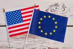 Petits drapeaux des Etats-Unis et de l'Europe Photographie stock