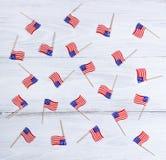 Petits drapeaux des Etats-Unis sur les conseils en bois blancs Images libres de droits