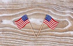 Petits drapeaux des Etats-Unis sur les conseils en bois rustiques blancs Photo libre de droits
