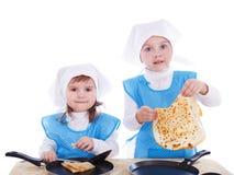 Petits enfants avec des crêpes Photo stock