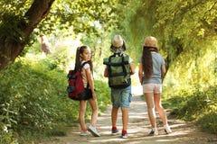 Petits enfants avec des sacs à dos sur le chemin Photo stock
