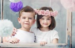 Petits enfants avec du charme posant ensemble Photo stock
