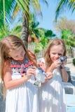 Petits enfants avec petites tortues dans des mains dans la réservation Animaux familiers mignons d'amour de filles tellement Image libre de droits