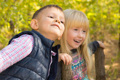 Petits enfants blancs mignons chez Autumn Park Photo stock