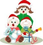 Petits enfants chantant des hymnes de louange de Noël Photographie stock libre de droits