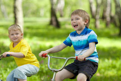 Petits enfants conduisant leurs vélos Image libre de droits