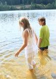 Petits enfants dans l'eau Image libre de droits