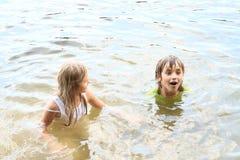 Petits enfants dans l'eau Photo libre de droits