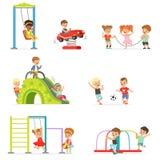Petits enfants de bande dessinée mignonne jouant et ayant l'amusement au terrain de jeu réglé des illustrations de vecteur Images stock