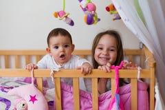 Petits enfants de mêmes parents Images stock