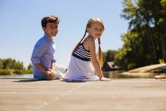 Petits enfants de mêmes parents gais posant tout en se reposant sur le pilier Images stock
