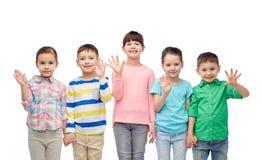 Petits enfants de sourire heureux tenant des mains Images libres de droits