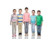 Petits enfants de sourire heureux tenant des mains Image libre de droits