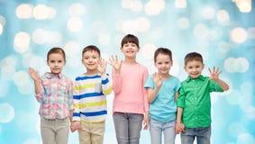 Petits enfants de sourire heureux tenant des mains Photos libres de droits