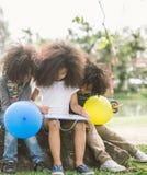 Petits enfants dessinant l'esquisse dans le parc Images libres de droits