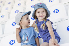 Petits enfants drôles frère et soeur Photographie stock libre de droits