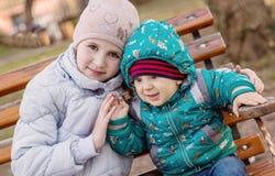 Petits enfants drôles frère et soeur Photo stock