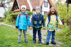 Petits enfants enthousiastes allant à l'école Photos libres de droits