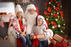 Petits enfants et Santa Claus authentique images libres de droits