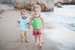 Petits enfants frère et soeur sur la plage Image stock