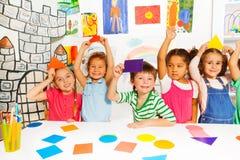 Petits enfants heureux avec des formes de carton de couleur Photo stock