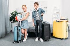 petits enfants heureux avec des valises Images libres de droits
