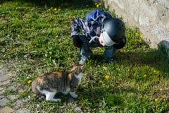 Petits enfants heureux avec jouer extérieur de petits chats Photo libre de droits