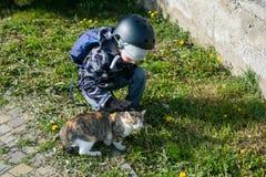 Petits enfants heureux avec jouer extérieur de petits chats Photos libres de droits