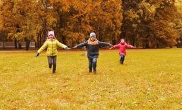 Petits enfants heureux courant et jouant dehors Photographie stock libre de droits