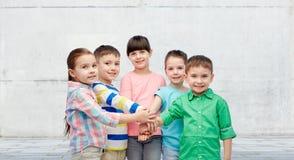 Petits enfants heureux tenant des mains sur la rue Photo stock