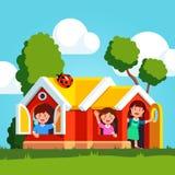 Petits enfants jetant un coup d'oeil de la maison de jeu de terrain de jeu illustration libre de droits