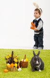 Petits enfants jouant avec le lapin de Pâques Images stock