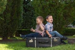 Petits enfants jouant en parc Photographie stock