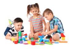 Petits enfants jouant ensemble sur le fond blanc Photos stock