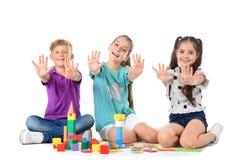 Petits enfants jouant ensemble sur le fond blanc Photos libres de droits
