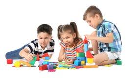 Petits enfants jouant ensemble sur le fond blanc Photo libre de droits