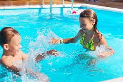 Petits enfants jouant et ayant l'amusement dans la piscine avec de l'air Photographie stock