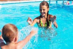 Petits enfants jouant et ayant l'amusement dans la piscine avec de l'air Photo libre de droits