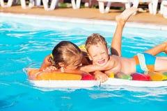 Petits enfants jouant et ayant l'amusement dans la piscine avec de l'air Photos libres de droits