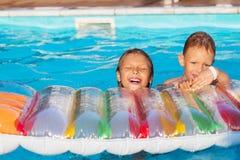 Petits enfants jouant et ayant l'amusement dans la piscine avec de l'air Images stock