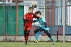 Petits enfants jouant le football ou le football Photographie stock libre de droits