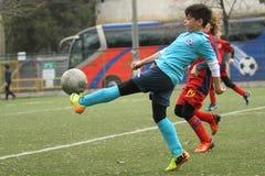 Petits enfants jouant le football ou le football Photographie stock