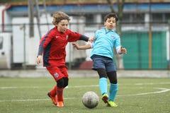 Petits enfants jouant le football ou le football Photos libres de droits