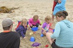 Petits enfants jouant sur la plage photos libres de droits