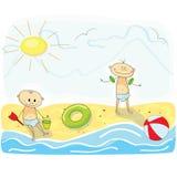 Petits enfants jouant sur la plage Image libre de droits