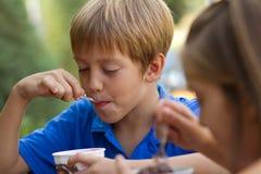 Petits enfants mangeant de la glace image stock