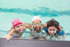 Petits enfants mignons dans la piscine Images libres de droits